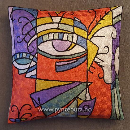 Pynteputa - To Øyne 2.  Det abstrakte uttrykket og bruken av spennende farger, skaper en spennende detalj i interiøret ditt. Fargene som er brukt er oransjerød, hvit, grønn, lysegrønn, gullgul, lilla blå lys lilla og sort. Fra nettbutikken www.pynteputa.no #pyntepute #pynteputer #pynteputa #farger