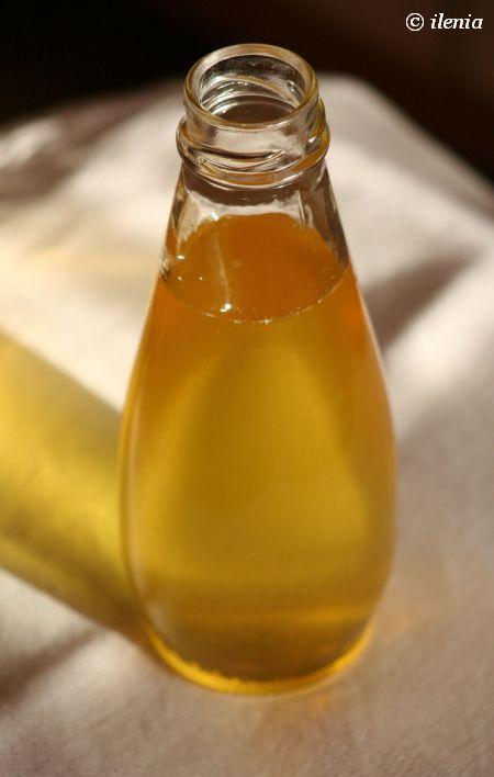 Syrop cytrynowy---Składniki (na 250 ml syropu):  1 szklanka wody 1 szklanka cukru skórka otarta z 2 cytryn  Wszystkie składniki umieścić w rondelku i zagotować (doprowadzić do wrzenia) na średnim ogniu. Zmniejszyć ogień i gotować bez przykrycia przez 5 minut, od czasu do czasu mieszając. Wystudzić, a przed użyciem przecedzić przez sitko (można też dodatkowo przelać przez gazę, żeby pozbyć się wszelkich farfocli).
