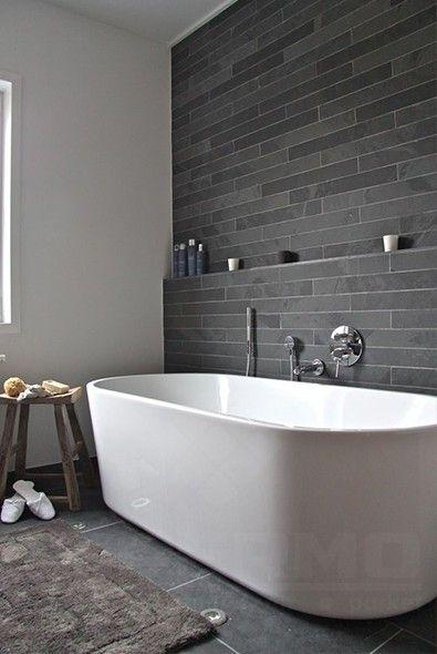 Braziliaanse leisteen, strips, badkamer, wandtegel, natuursteen wandtegel, wit bad, badkamer mozaïek, impermo