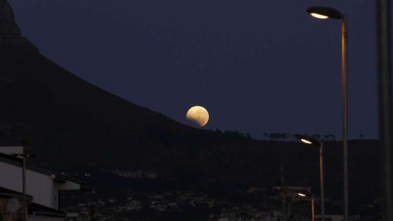 Mondfinsternis 2015: Eine atemberaubende Aussicht über Kapstadt (Südafrika)