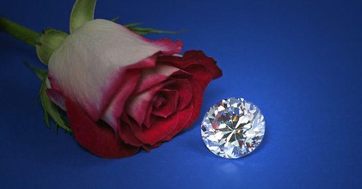 Os melhores níveis de clareza de diamantes. Os diamantes são eternos, por isso é importante saber como escolher um de boa qualidade. Cada diamante é classificado com base em quatro características conhecidas como: corte, cor, claridade e quilate. Embora cada característica seja importante, a clareza é diretamente relacionada com a qualidade e o valor do diamante. A claridade mede falhas ou ...