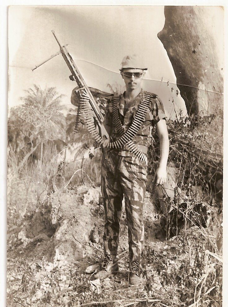 A badass portuguese paratrooper in Mozambique with a HK21 LMG.
