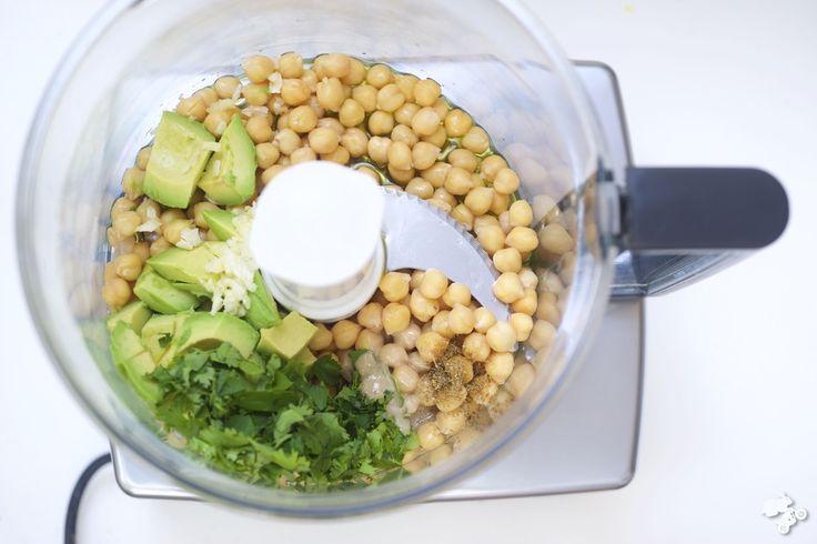 Hummus op je boterham is weer eens wat anders dan kaas, worst, hagelslag of pindakaas. Hummus is ook nog eens hartstikke gezond, maar dat geeft niet, want dit spul is vooral erg lekker. En het wordt nog beter als je er wat knapperige rauwkost, zoals radijs, wortel, komkommer of paprika bij geeft [...]
