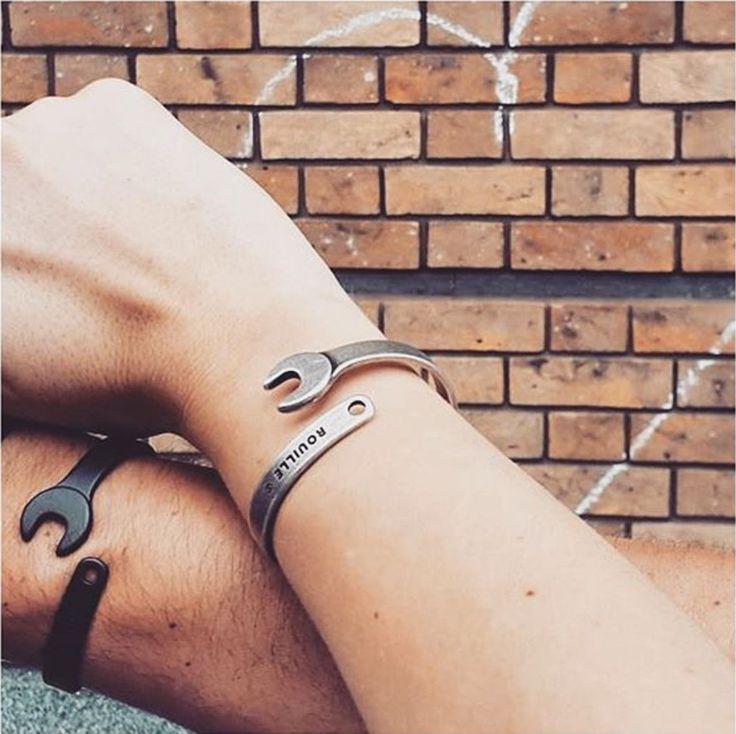 La marque Rouille a été fondée en 2013 en Italie. Elle décrit ses produits comme « des accessoires de mode pour les motards d'une autre époque ». On peut ainsi trouver des bonnets, des foulards, des ceintures… mais également des bijoux pour lesquels nous avons eu un petit coup de coeur !  Rouille réalise des bracelets et des bagues inspirés des outils et des accessoires de mécanique. Ainsi, ils reprennent la forme d'une clé en l'arquant pour créer un bracelet ou une bague, ils font de…