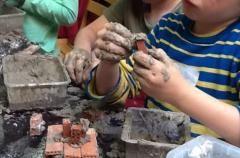 De kinderen onderzoeken welke mengsels geschikt zijn om baksteentjes aan elkaar te bevestigen, om zo een stevig bakstenen huisje te bouwen.