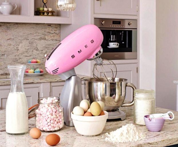 Vinn super lekker rosa SMEG kjøkkenmaskin verdi kr. 5495,-