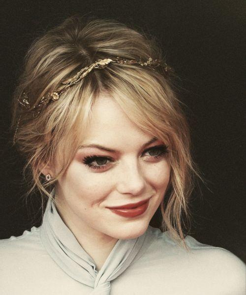 5 idéias da cor do cabelo para bombshells louros | Emma stone hair, Emma stone, Curtain bangs