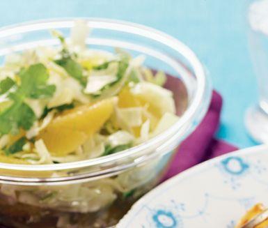 Fräsch, krispig sallad med spetskål, apelsin och persilja särskilt rik på C-vitamin. Servera som tillbehör till kött, fågel eller fisk.