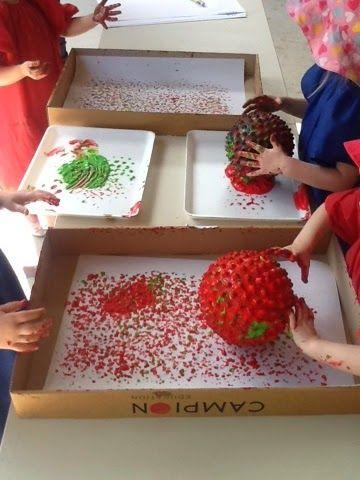 Zachte bal met stekels in verf rollen. Dan kunnen ze ermee op een doos of op papier mee rollen.