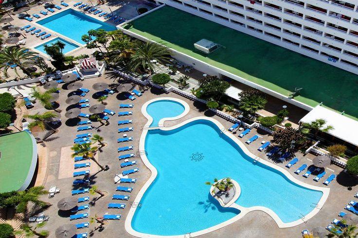 Date una fiesta de fin de año como mereces en BENIDORM! Con Autobús desde Madrid! Del 27 de Dic al 3 de Enero pensión completa 474€ HOTEL POSEIDON PLAYA ***SUP El Hotel Poseidon Playa ***SUP está situado en primera línea de la Playa de Poniente a tan solo 850 m del centro de Benidorm y del Parque de Elche. Dispone de 306 habitaciones distribuidas en 17 pisos y 4 ascensores, todas ellas con terraza y vistas al mar, y 6 habitaciones interiores sin balcón ni terraza en la planta del hotel.
