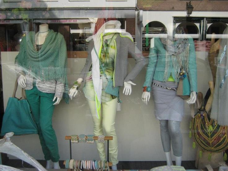 Poncho in Mint kleur, groene broek van CLOSED. Vest grijs met lime rits, SET. Soft yellow broek van SET. Leren jasje in Mint, Transmission, grijze tuniek met voile By Cleo