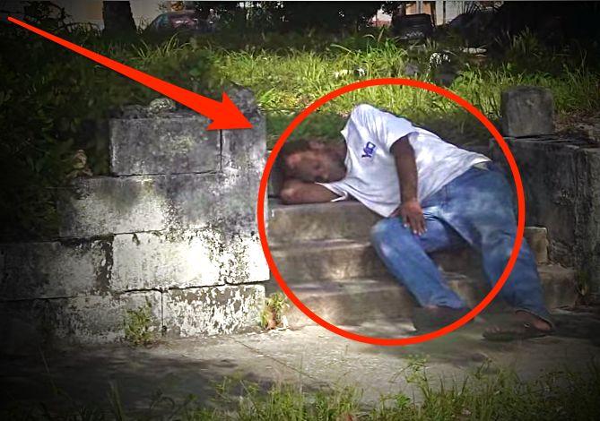 Alig hittem el, hogy a saját ingét adja oda a férfi egy hajléktalannak. De amit 2:50-nél csinál, az még jobban megdöbbentett!