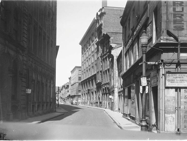 Croisement des rues Saint-Paul et Saint-Pierre à Montréal, 1947 / Conrad Poirier  - BAnQ Vieux-Montréal P48,S1,P16000 (CC-BY-NC)