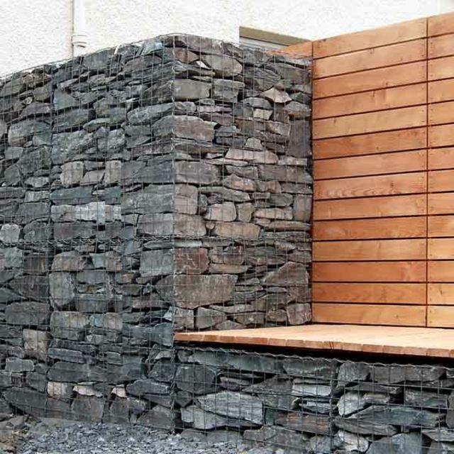 superbe mur en gabion paré d'un banc en bois