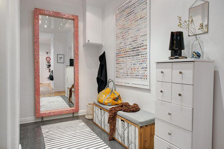 Välkomnande möblerbar hall med härlig rymd