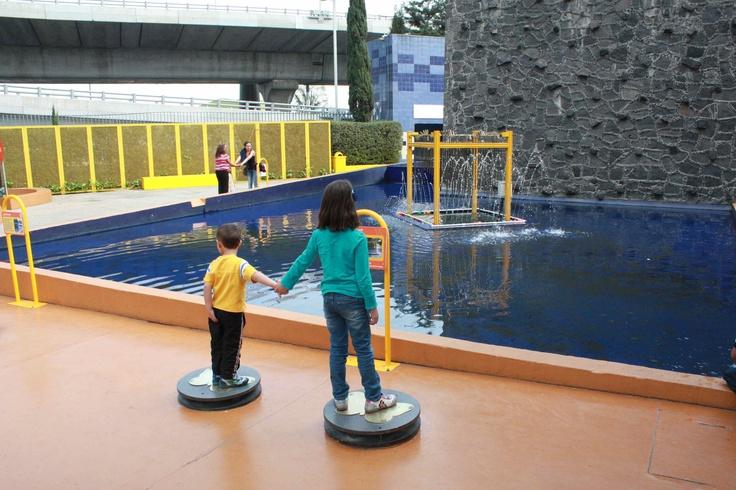 Making music with the fountain at Papalote Museo del niño in Mexico City. Haciendo música en la fuente del museo del Papalote.