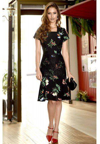 1c317d2b7 modelo cabelo castanho vestido em alfaiataria preto com estampa floral e  detalhe em renda