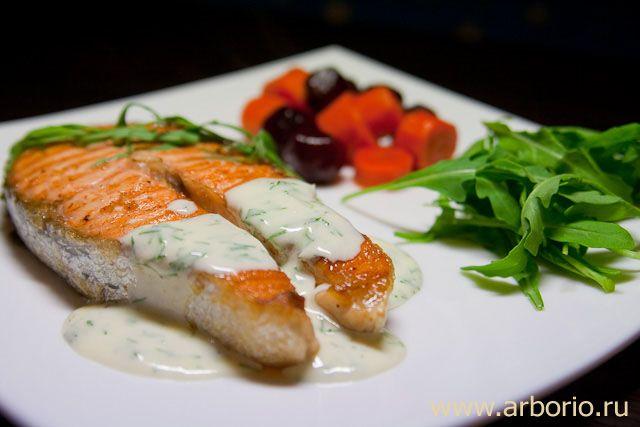 К рыбе отлично подойдет соус, например, такой – йогурт, укроп, эстрагон, лимонный сок, оливковое масло, соль, перец. Ну и белое вино, разумеется.