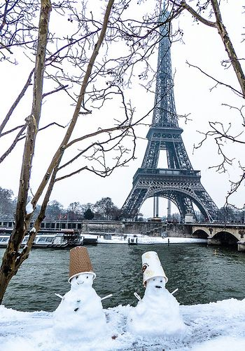 Paris in winter - It's snowing on the Eiffel Tower!