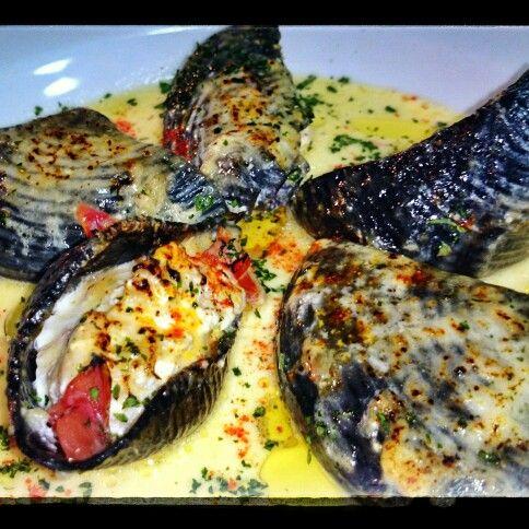 Conchiglioni rellenos de salmón, cebolla, parmesano y ricotta. Con salsa de crema y ajo.
