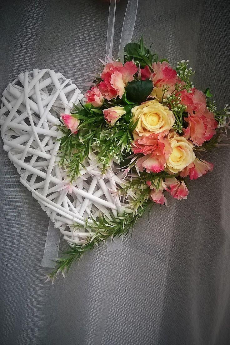 serce DIY dekoracja do domu z kwiatów sztucznych: goździki i róże.