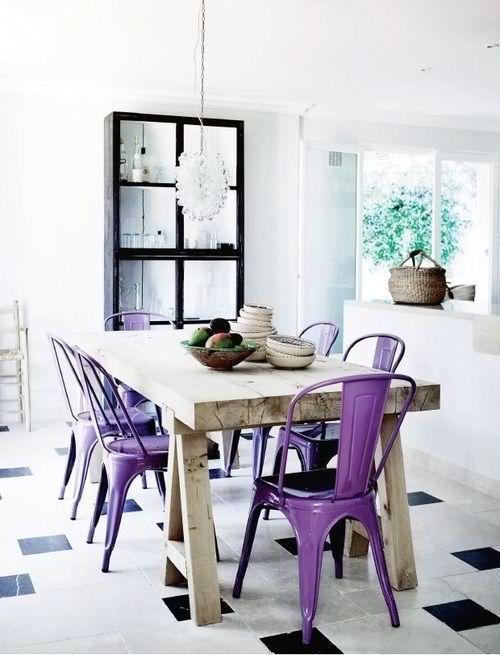 Mesa de madeira + cadeiras de metal coloridas