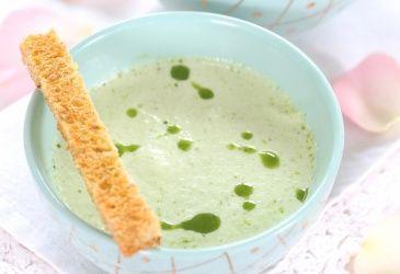 Forrett: Unni Wilhelmsens kalde agurksuppe med champagne (4 pers). Se http://www.tvnorge.no/programmer/4-stjerners-middag/oppskrift/unnis-oppskrifter-1.27485