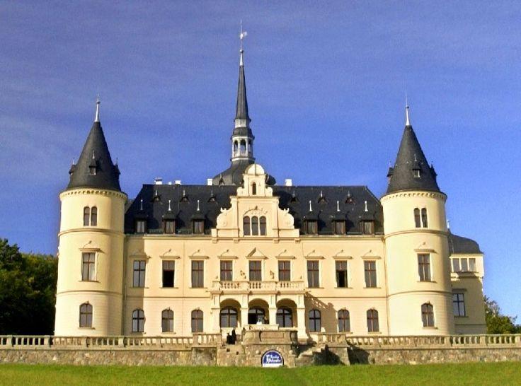 Schlossrestaurant, Parkstraße 35, 18528 Ralswiek - Plats régionaux typiques de produits de la région servis dans l'hôtel château élégant  avec vue panoramique. Repas végétariens, végétaliens et sans allergies. Peut répondre aux besoins spéciaux si commandés à l'avance.