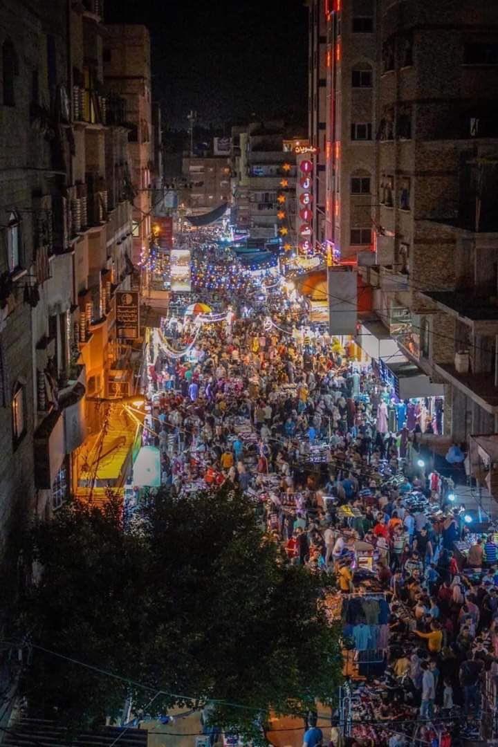 شاهد أسواق غزة مزدحمة ليلة ٢٩ رمضان بينما مساجدها مغلقة تنفيذا لتوصيات منظمة الصحة والأمم المتحدة لمكافحة كورون Holiday Decor Christmas Tree Landmarks