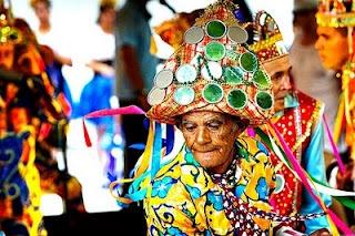 Reizado - Reisado é uma dança popular profano-religiosa, de origem portuguesa, que se festeja a véspera e o Dia de Reis. É um grupo formado por músicos, cantores e dançarinos vão de porta em porta anunciando a chegada do Messias e fazendo louvações aos donos das casas por onde passam e dançam. Instalou-se em Sergipe no período colonial. Os temas de seu enredo, variam de acordo com o local e a época em que são encenados, podem ser: amor, guerra, religião entre outros - Brasil