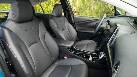 Салон гибридного хэтчбека Toyota Prius Prime 2017 / Тойота Приус Прайм 2017
