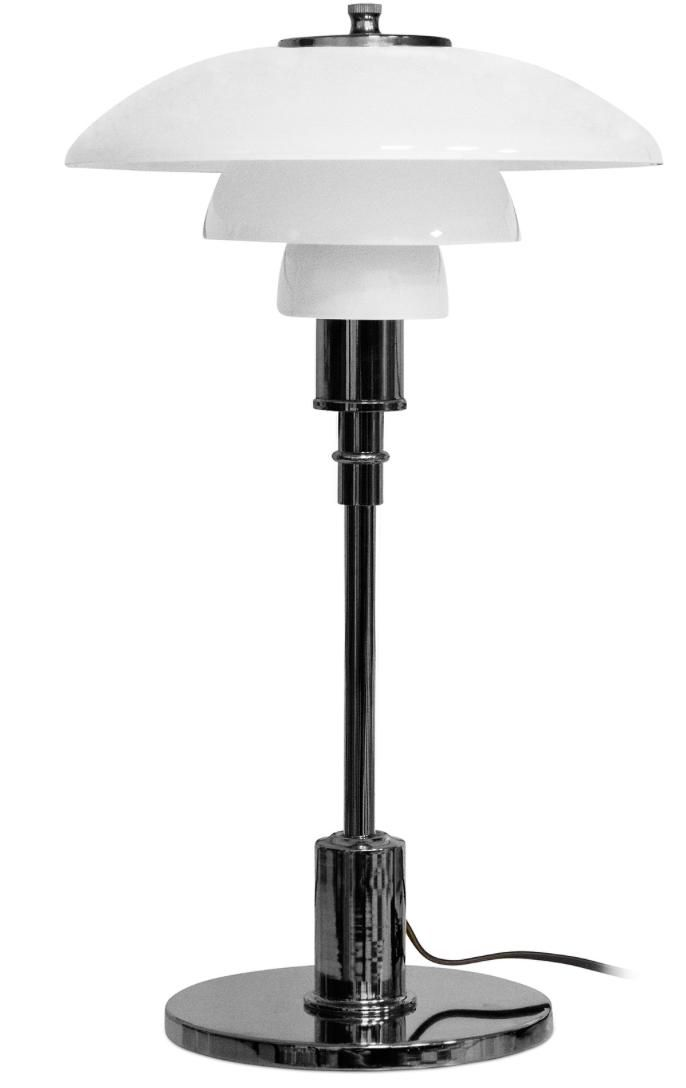 La lampe de bureau blanche support metal noir d'une hauteur de 55 cm est inspirée du designer Poul Henningsen, ses lignes de conception seront adaptés à votre bureau ou votre table. Les trois couches de verre soufflé opale, polies à l'extérieur et sablé à l'intérieur, émettent une lumière douce et diffuse. Ampoule E14 40W  Abat-jourVerre SocleAcier inoxydable AmpouleE14 60W H 55 x D 45 cm