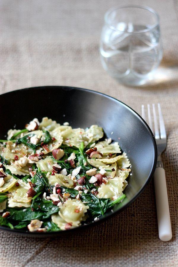 Les ravioles sautées aux épinards : une idée pour manger des ravioles de Romans autrement ! Des ravioles de Romans sautées avec des pousses d'épinards et des noisettes.