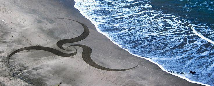 Amerikalı sanatçı Andres Amador, kısa ömürlü şaheserler yaratıyor. Tamamen okyanus dalgaları tarafından yıkanan sahile geometrik şekiller çizen Andres, gelgit dalgaları nedeniyle en kısa ömürlü eserlere imza atıyor. #Lukapu #Fotokitap #Fotograf #Album #Sahil