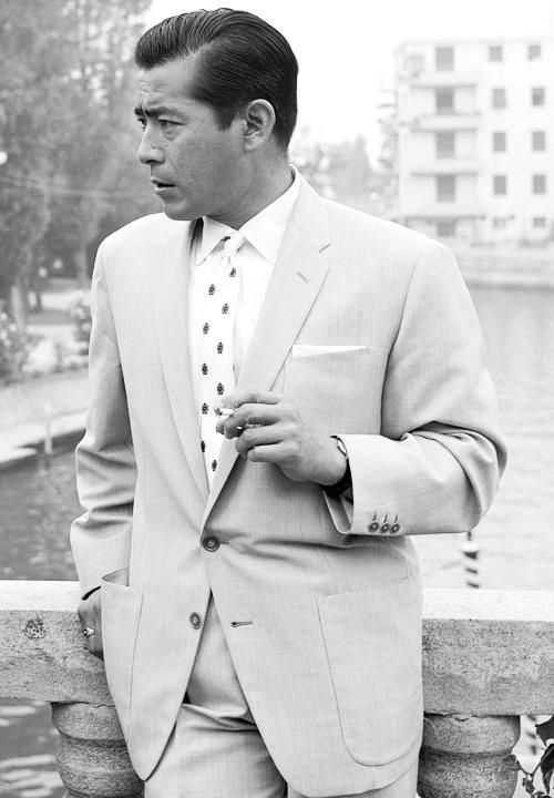 52 Photos Of Classic Cool That Will Make You Wish We Dressed Like We Used To - Toshiro Mifune in Venice, 1960