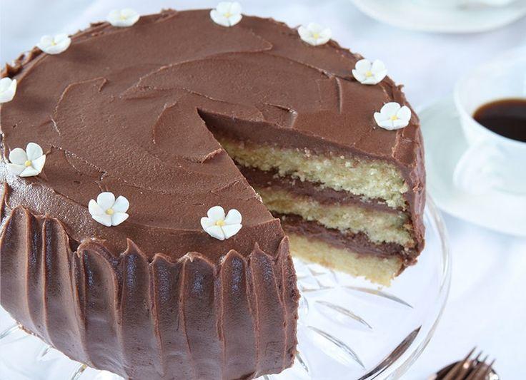 Populær oppskrift på amerikansk «White Cake» med lys sjokoladekrem fra Det søte liv.