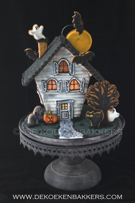 Haunted Gingerbread House- very artsy, love the detail on the tree cookie
