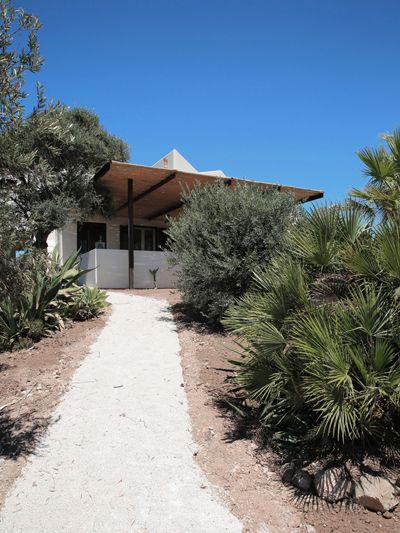 Дорожка к дому проходит через сад и ведет к одной из веранд.