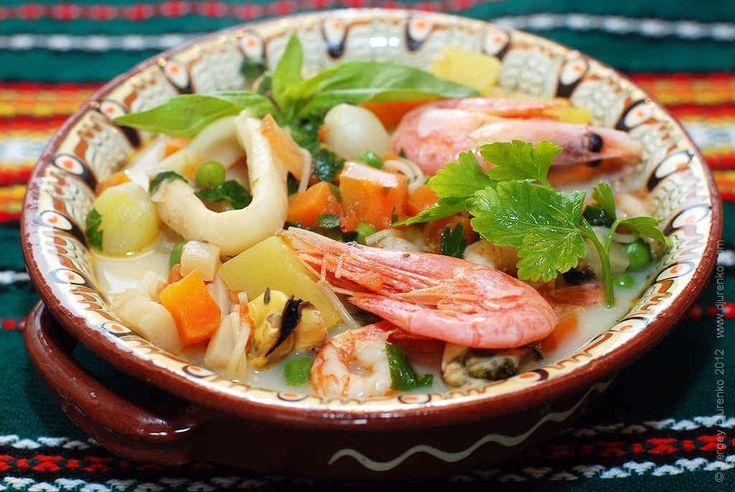 Суп из морепродуктов со сливками и вермишелью. За основу взяты американские и греческие рецепты рыбных супов со сливками и овощами