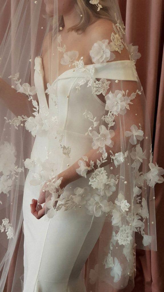 ATHENA   Langer Brautschleier mit Blumen – #Athena #Blumen #Lang #Schleier #Hochzeit   – Brautmode