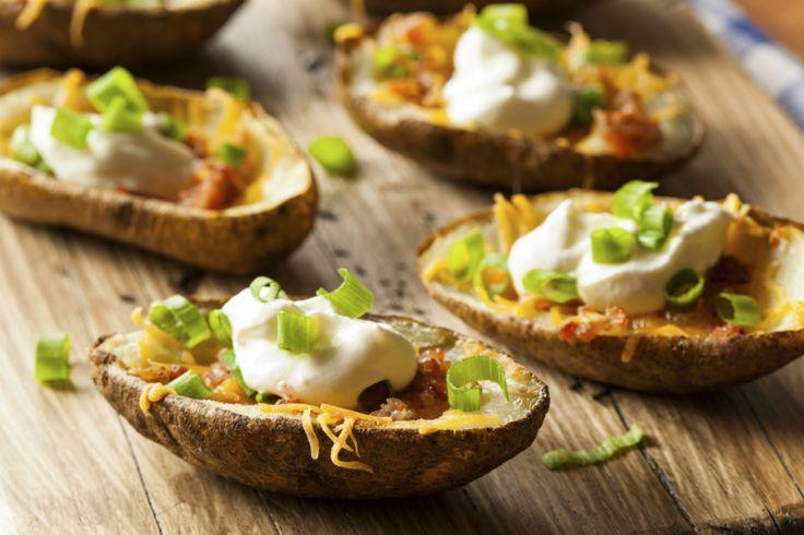 Potato skins met cheddar, zure room en bacon