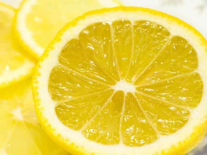<p>Refrescante, anti-séptico, tonificante, cicatrizante, o limão pode servir a vários propósitos. Felizmente, encontramos limões no mercado todo o ano. Aqui estão algumas dicas para aproveitar o limão até a última gota. Cuidados com a Pele O limão tem um efeito calmante sobre a pele. Tem os cotovelos, os joelhos e/ou …</p>