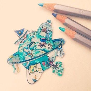 油性ペンの他に、色鉛筆やパステル、アクリル絵の具などで色を付けることもできます。 画材によってはニスやレジンでコーティングをした方がいいもの、前もってヤスリがけをする必要がある場合もあります。  こちらの作品は、かわいらしいプラバンを生み出すクリエイター大竹真奈実さんによるもの。