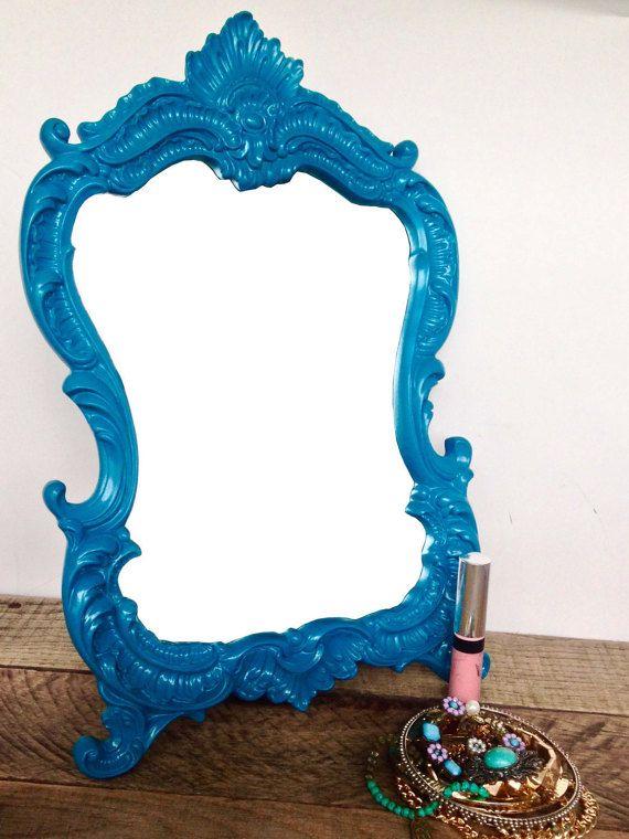 Applicazione trucco perfetto foto è un gioco da ragazzi con questo teal blue/dark turchese ornato con cornice vanity specchio per il trucco. Così versatile, è la dimensione perfetta per visualizzare sul tavolo da toeletta o sulla scrivania, o in aggiunta al Vittoriano, barocco o Ornate scorrimento wall decor.  Specchio con cornice dimensione è lunghezza 13 1/2 x 8 1/2 x 2 profondità larga. Telaio è realizzato in resina poli solida qualità, mano dipinto un turchese blu/dark teal e sigillato…