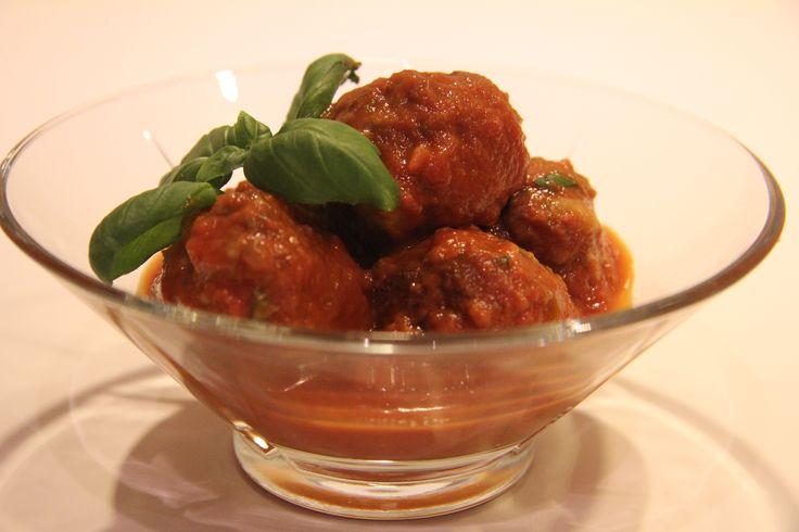 Kjøttboller med tomatsaus er en klassiker på tapasbufeten! Jeg liker godt å sprite de opp med litt chili - både i kjøttbollene og i tomatsausen. Dersom du har spørsmål eller kommentarer, er det bar...