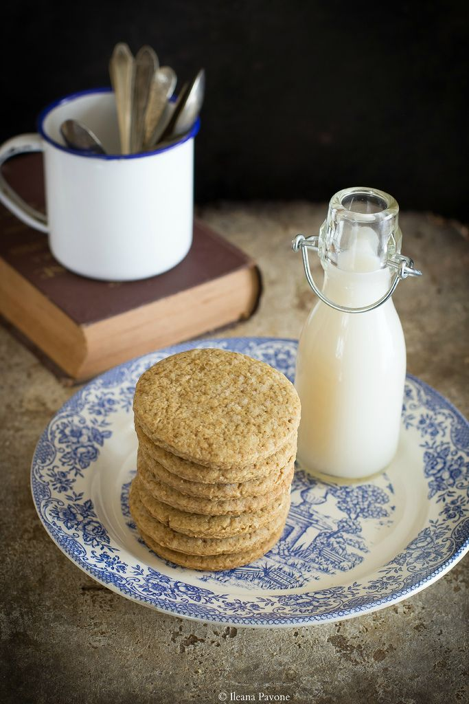 I biscotti vegan all'avena sono ideali per una colazione energetica e sana. Sono ideali per chi segue una dieta vegana e per chi è intollerante al lattosio.