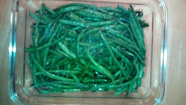 Green beans in my Actifry. A little bit of olive oil, a little bit of garlic, and 20 minutes later, Voila!