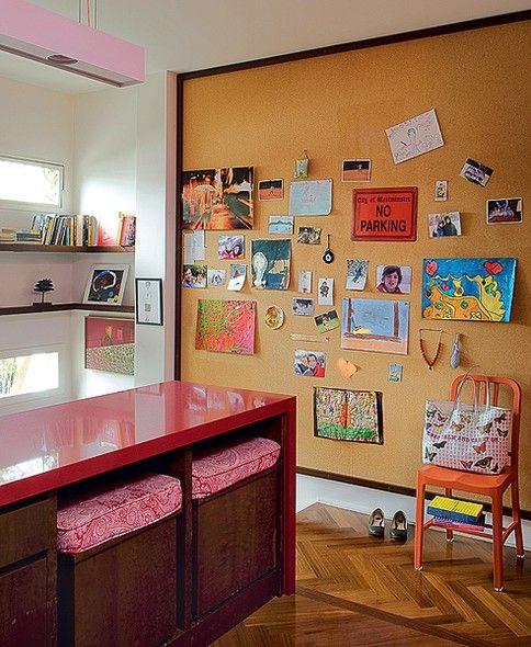 Para evitar a cara de corredor neste espaço, o arquiteto René Fernandes Filho aproveitou a parede de 2,80 x 2,57 m e aplicou o painel de cortiça, que reúne fotos, recados e tudo o que a família quiser pregar por ali