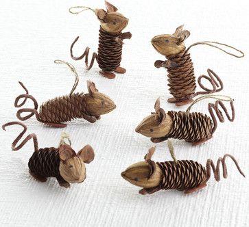 Winter Pinecone Friends, Mice eclectic holiday decorations. Ratones navideños con piñas y nueces.