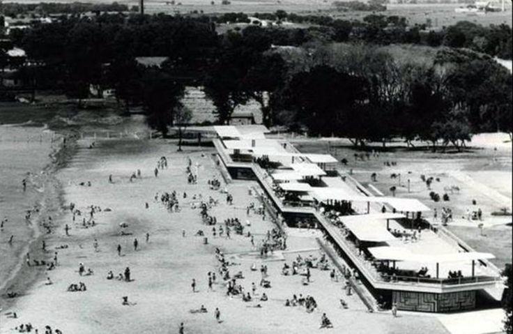 Ataköy, Osmanlı'nın en genç semtlerindendi ve eski adı Baruthane'ydi. Bir zamanlar İstanbul'un epey dışında kaldığı için, II. Mahmut buraya baruthane yaptırmıştı. Ama 1950'lerden itibaren başlayan kentleşme ve göç hareketinden burası da nasibini alacaktı.  1955'te Emlak Kredi Bankası, Bakırköy-Topkapı arasındaki semte 50-60 bin nüfuslu bir yerleşim yeri kurmayı planladı. Konutlar üç sene sonra göğe yükselmeye başlamıştı. O dönemde yapılan anketle de ismi Ataköy kabul edildi.